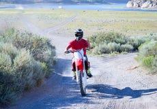Individuo que disfruta de días de verano en su motocicleta Imagen de archivo libre de regalías