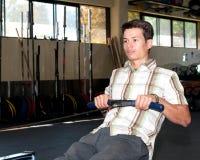 Individuo que ejercita en una gimnasia Fotografía de archivo