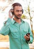 Individuo que escucha el jugador Imagenes de archivo