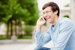 Individuo que habla en el teléfono móvil Fotos de archivo