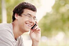 Individuo que habla en el teléfono móvil Imágenes de archivo libres de regalías