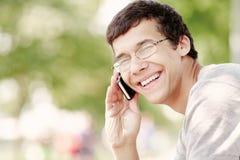 Individuo que habla en el teléfono móvil Imagenes de archivo