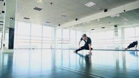 Individuo que hace los movimientos de la danza de rotura en la cámara lenta almacen de metraje de vídeo