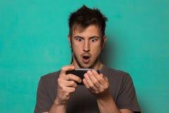 Individuo que hace un selfie con las caras divertidas Individuo que toma imágenes con su smartphone Fotografía de archivo libre de regalías