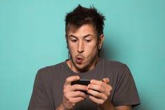 Individuo que hace un selfie con las caras divertidas Individuo que toma imágenes con su smartphone Imágenes de archivo libres de regalías