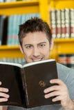 Individuo que lee un libro Fotos de archivo