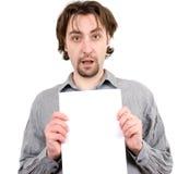 Individuo que lleva a cabo una muestra en blanco blanca Foto de archivo libre de regalías
