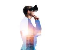 Individuo que lleva la camisa comprobada y la máscara virtual con la mano en la barbilla Foto de archivo libre de regalías