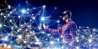 Individuo que lleva la camisa comprobada y la máscara virtual que alcanzan la mano a la sensación Imagen de archivo