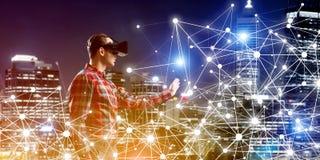 Individuo que lleva la camisa comprobada y la máscara virtual que alcanzan la mano para sentir su manera Imagen de archivo