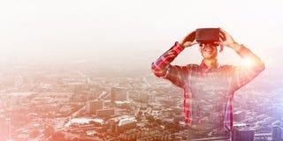 Individuo que lleva la camisa comprobada y la máscara virtual que demuestran algunas emociones Imágenes de archivo libres de regalías