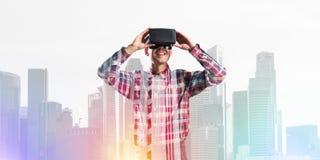 Individuo que lleva la camisa comprobada y la máscara virtual que demuestran algunas emociones Fotos de archivo libres de regalías