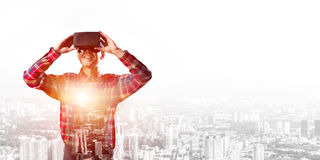 Individuo que lleva la camisa comprobada y la máscara virtual que demuestran algunas emociones Imagenes de archivo