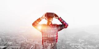 Individuo que lleva la camisa comprobada y la máscara virtual que demuestran algunas emociones Fotografía de archivo
