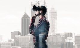 Individuo que lleva la camisa comprobada y la máscara virtual con la mano en la barbilla Fotografía de archivo libre de regalías