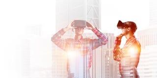 Individuo que lleva la camisa comprobada y la máscara virtual que llevan a cabo la mano en la barbilla Imagen de archivo