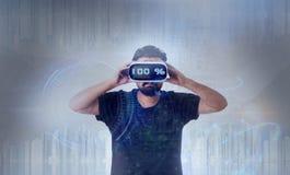 Individuo que lleva los vidrios de la realidad virtual de VR - 100% Imágenes de archivo libres de regalías