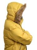 Individuo que lleva una chaqueta amarilla del invierno Fotos de archivo
