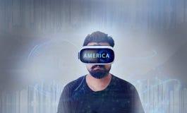 Individuo que mira a través de los vidrios de la realidad virtual de VR - América Fotos de archivo
