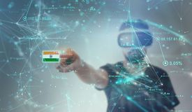 Individuo que mira a través de los vidrios de la realidad virtual de VR - bandera india Imágenes de archivo libres de regalías