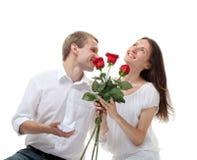 Individuo que propone el anillo de compromiso a su novia Imagen de archivo