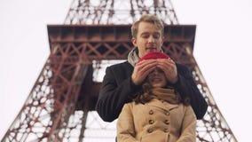 Individuo que se arrastra detrás de novia y del closing ella ojos que hacen sorpresa el fecha metrajes
