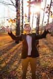 Individuo que sostiene el ramo de hojas de otoño Fotografía de archivo