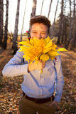 Individuo que sostiene el ramo de hojas de otoño Imágenes de archivo libres de regalías