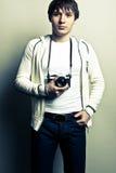 Individuo que sostiene la cámara de la película Fotos de archivo libres de regalías