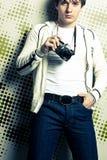 Individuo que sostiene la cámara de la película Imagen de archivo