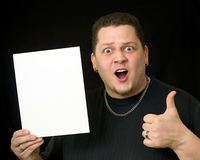 Individuo que sostiene la muestra o el documento en blanco sobre negro imagen de archivo libre de regalías