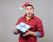Individuo que sostiene un regalo de la Navidad Imágenes de archivo libres de regalías