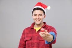Individuo que sostiene un regalo de la Navidad Fotografía de archivo