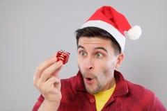 Individuo que sostiene un regalo de la Navidad Fotografía de archivo libre de regalías