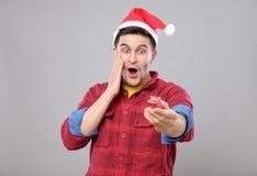 Individuo que sostiene un regalo de la Navidad Fotos de archivo