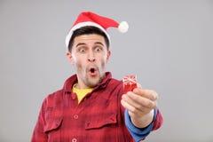 Individuo que sostiene un regalo de la Navidad Imagenes de archivo