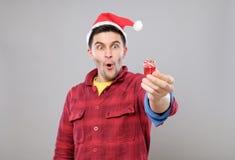 Individuo que sostiene un regalo de la Navidad Imagen de archivo