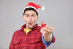 Individuo que sostiene un regalo de la Navidad Foto de archivo libre de regalías