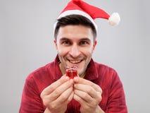 Individuo que sostiene un regalo de la Navidad Imagen de archivo libre de regalías