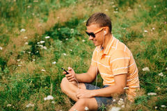 Individuo que usa el teléfono elegante Foto de archivo