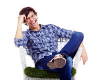 Individuo relajado que ríe en butaca Fotos de archivo