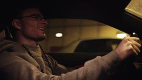 Individuo satisfecho joven que conduce el coche en túnel subterráneo almacen de video
