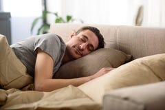 Individuo sereno que tiene siesta en casa Foto de archivo libre de regalías