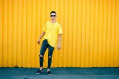 Individuo serio elegante en una camiseta amarilla sucia y gafas de sol y Imagen de archivo libre de regalías