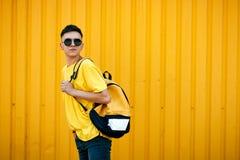 Individuo serio elegante en una camiseta amarilla sucia y gafas de sol y Imagenes de archivo