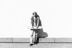 Individuo serio joven que pasa tiempo al aire libre Foto de archivo