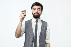 Individuo soñoliento que sostiene una taza de café fotografía de archivo libre de regalías