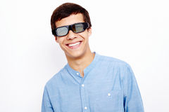 Individuo sonriente en los vidrios 3D Imagen de archivo libre de regalías
