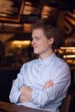 Individuo sonriente en un café Imagen de archivo libre de regalías