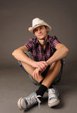 Individuo sonriente en zapatillas de deporte y sombrero Imagen de archivo libre de regalías